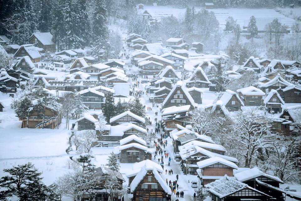 Nằm miền trung Nhật Bản, ngôi làng cổ Shirakawa-go, thuộc tỉnh Gifu, là địa điểm được rất nhiều du khách yêu thích. Đặc biệt vào mùa đông, khi đến đây, bạn sẽ ngỡ như lạc vào thế giới cổ tích với những ngôi nhà nhỏ nhắn, xinh xắn phủ đầy tuyết trắng xóa.