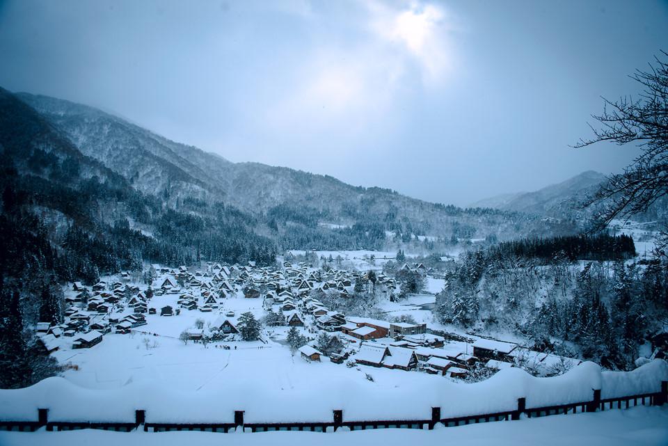 Nhìn từ xa, bạn sẽ thấy một không gian bao phủ bởi tuyết. Tuyết ở đây có vẻ đẹp nhất trong các nơi mà tôi đã đi qua. Từng bông tuyết rất to, rơi giữa không gian trắng muốt khiến lòng người mê đắm.