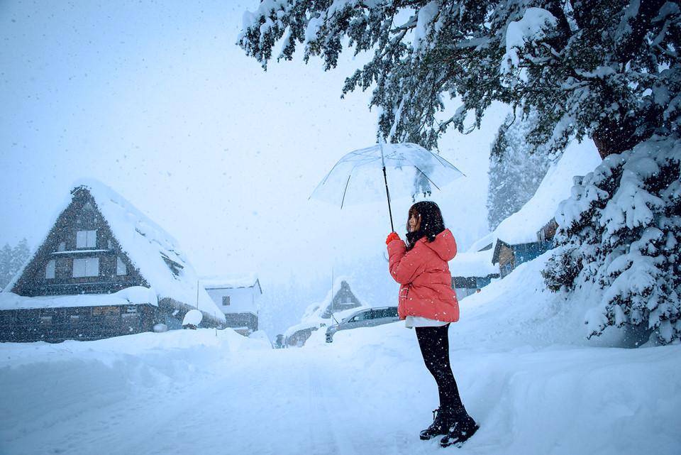 Rất nhiều du khách, đặc biệt những bạn trẻ, các nhiếp ảnh gia đã đến đây để check-in, sống ảo trong khoảnh khắc ngập tràn tuyết. Giữa một màu trắng muốt, thấp thoáng những ngôi nhà cũ tô điểm thêm nét nâu trầm phía xa xa, ngôi làng là phông nền lý tưởng cho những bức ảnh mùa đông lãng mạn nghìn lượt thích. Ngắm hoa tử đằng và những thú vị chỉ có khi du lịch Nhật Bản Nhật Bản được đánh giá là một trong những đất nước tuyệt vời nhất trên thế giới. Xứ sở hoa anh đào có nhiều điều thú vị mà chúng ta không thể khám phá hết.