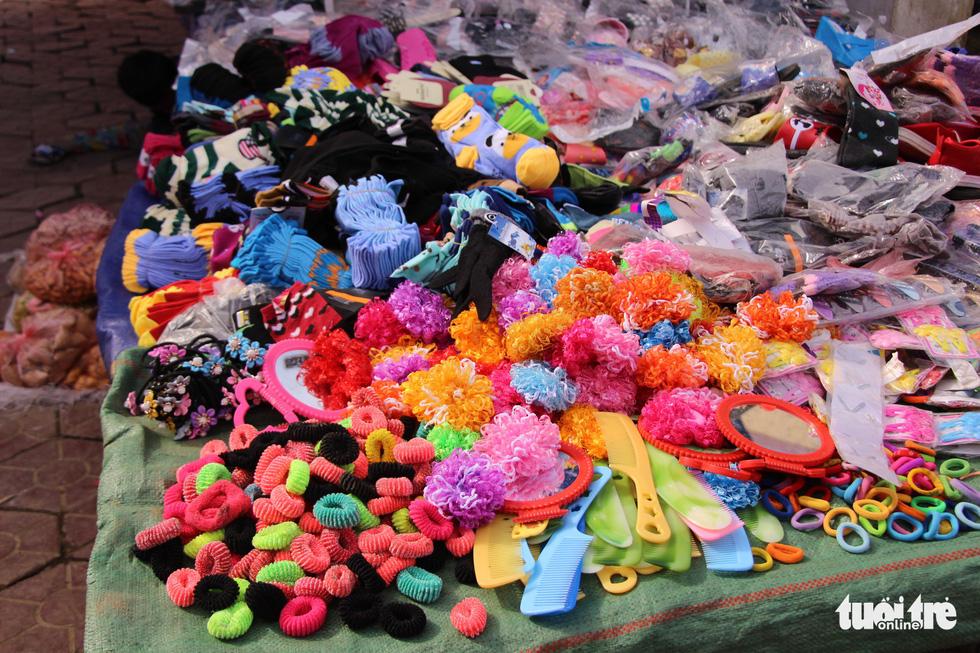 Phiên chợ cận kề dịp Tết cổ truyền của dân tộc rực rỡ sắc màu