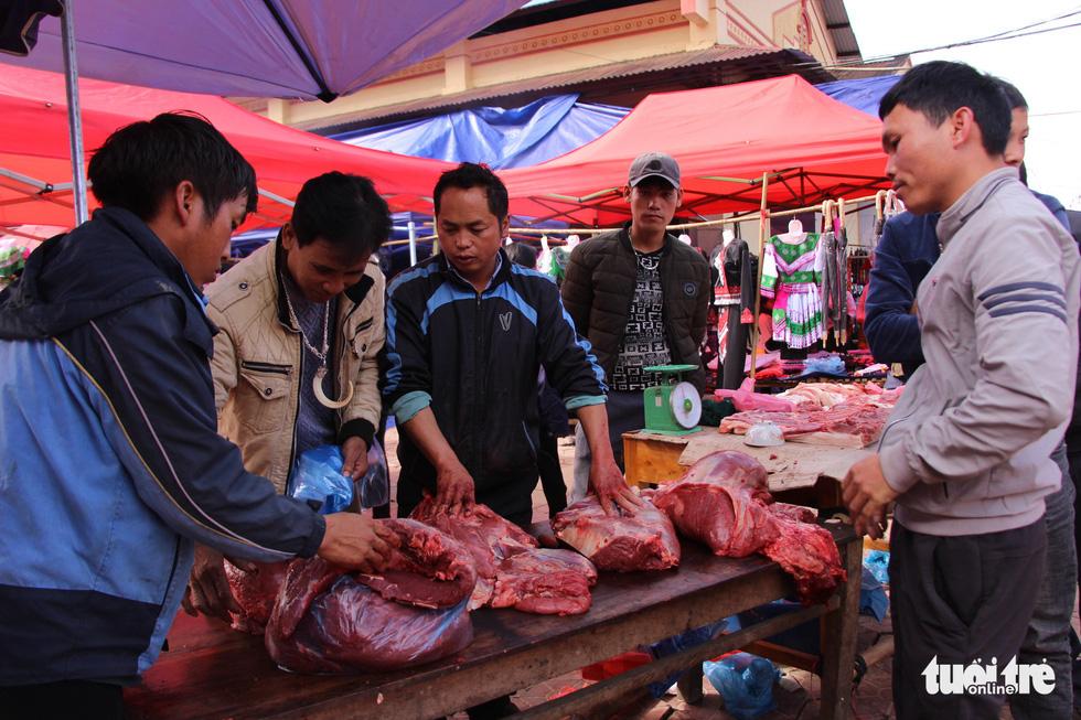 Phụ nữ tập trung vào váy áo, còn đàn ông tập trung vào hàng thịt trâu vừa mổ bán