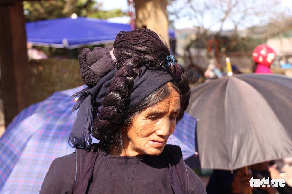 Bộ tóc đặc trưng của người phụ nữ Hà Nhì đen nổi bật tại chợ phiên