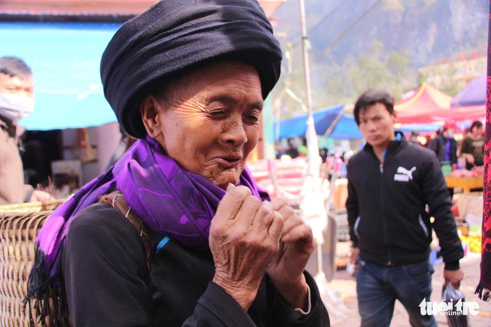 Niềm vui của cụ bà khi mua được chiếc khăn quàng cổ mới. Tại phiên chợ, bất kể người già hay trẻ em đều thích thú được xuống chợ mua sắm, gặp gỡ bạn bè