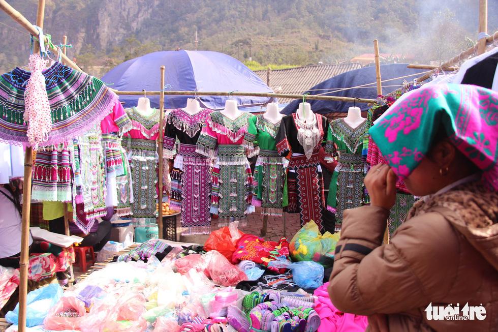 Những bộ váy áo người Mông sặc sỡ tại phiên chợ vùng cao dịp giáp tết