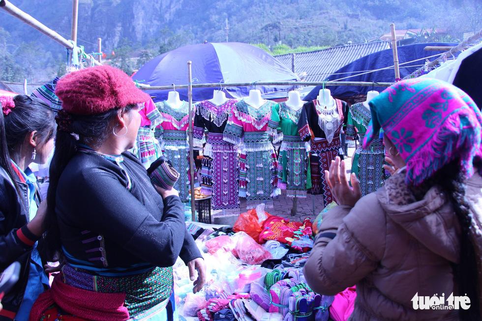 Váy áo là mặt hàng được quan tâm nhiều nhất tại phiên chợ Y Tý khi cái Tết cổ truyền đang cận kề