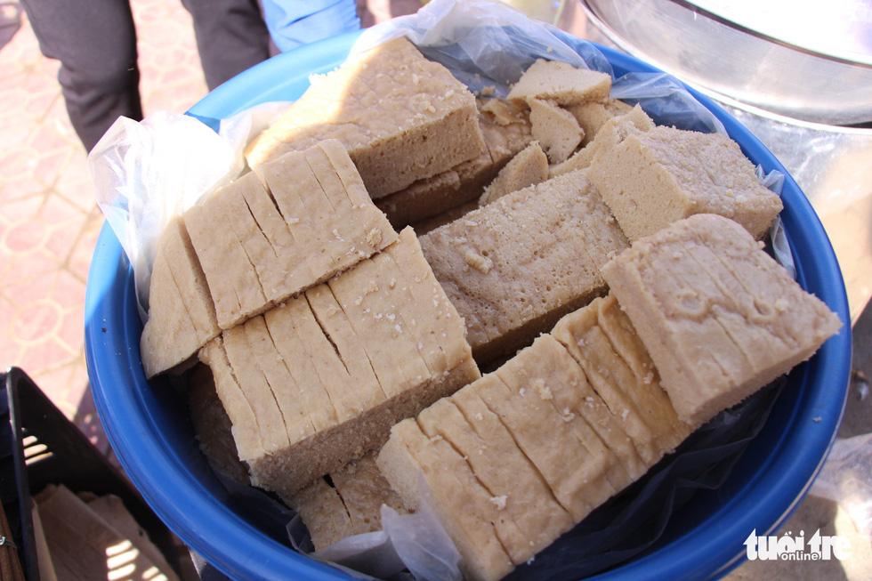 Chợ phiên Y Tý là nơi tập trung nhiều sản vật đặc trưng của các anh em dân tộc. Trong hình là món bột gạo làm bánh phồng - một món bánh của người dân tộc Dáy. Người bán cho biết, cho một ít đường trắng, đường mía trộn vào với bột gạo này sẽ làm ra thứ bánh phồng rất ngon