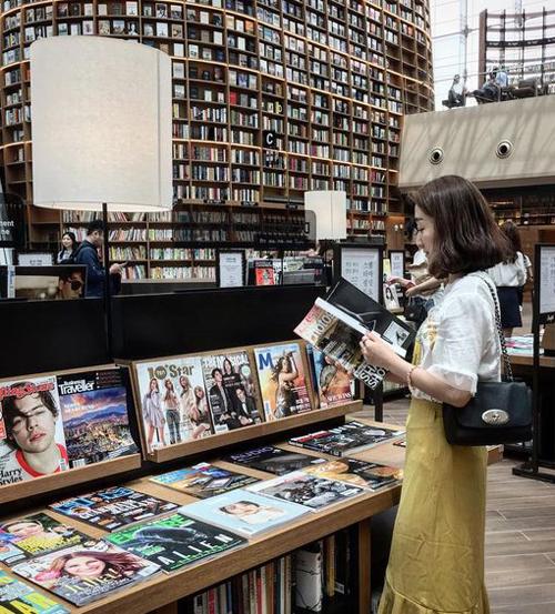 Thư viện rộng tới 2.800 m2 cùng hơn 50.000 đầu sách, báo, tạp chí thuộc đủ chủng loại, từ tiếng Anh, tiếng Hàn, tiếng Trung, Nhật...