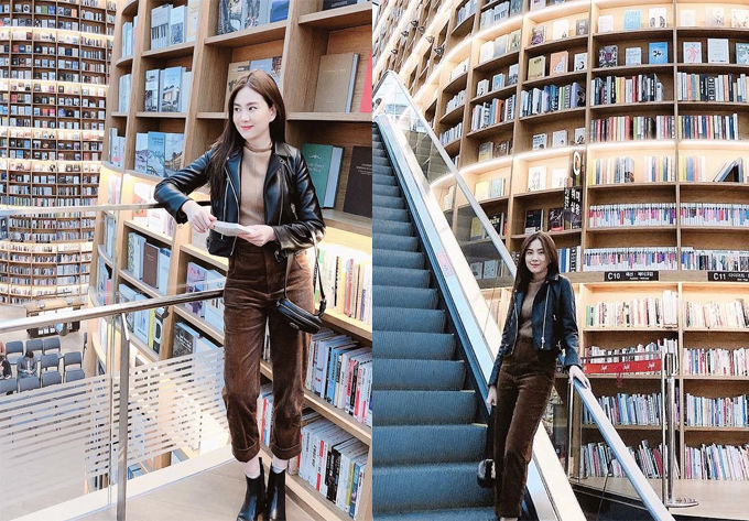 """MC Mai Ngọc trong chuyến đi hồi tháng 10 cũng tậu về cho mình nhiều shot hình sống ảo, khoe chân dài ở thư viện Starfiled. Cô tạo dáng ở cầu thang máy bên giá sách khổng lồ, khoe chân dài miên man. Vị trí này cũng rất """"đắt hàng"""", khách du lịch thường xuyên phải xí chỗ mới có được kiểu ảnh ưng ý."""