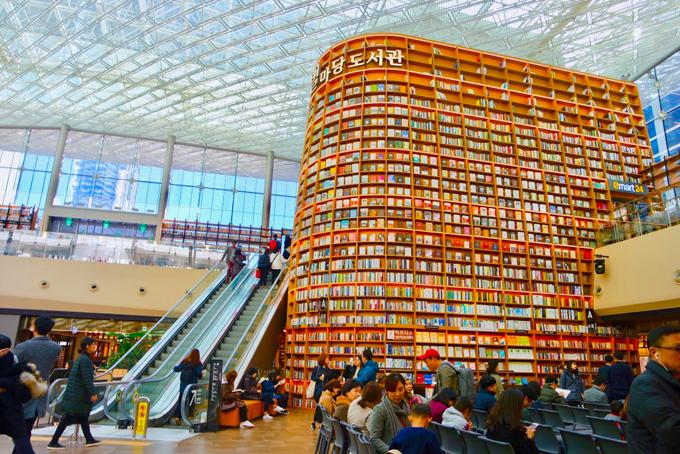 Văn hóa đọc là một trong những đặc trưng của người Hàn Quốc, có rất nhiều quán cà phê sách, thư viện được mở ra với không gian nghệ thuật và sáng tạo, dành riêng cho những tâm hồn yêu sách. Chính bởi vậy, sẽ chẳng ngạc nhiên nếu thư viện Starfield được thiết kế cầu kỳ tới vậy.