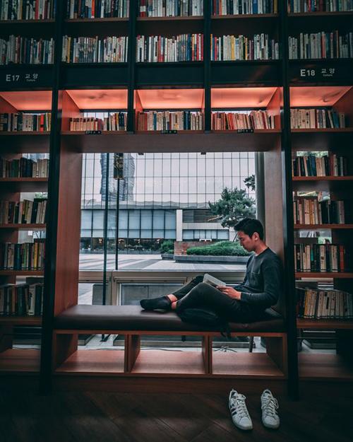 """Có rất nhiều góc sống ảo cho bạn thỏa sức trổ tài """"sống deep"""" trong từng khuôn hình. Phía ngoài thư viện ốp kính, nhìn ra khoảng không gian khá thoáng giữa hai trung tâm thương mại."""