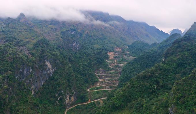 Đèo Mẻ Pja - dốc đá hiểm trở 14 tầng theo cách gọi của người dân địa phương nằm trên quốc lộ 4A đoạn nối từ xã Xuân Trường đến trung tâm huyện biên giới Bảo Lạc (Cao Bằng).
