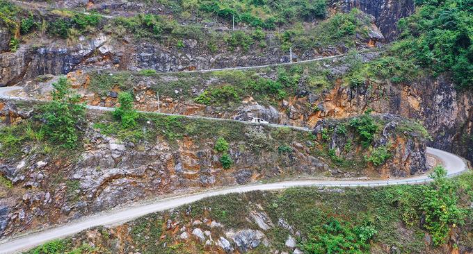 14 tầng của con đèo là 14 khúc cua gấp, dựng đứng và hạ độ cao nhanh, hai bên là núi cao trùng điệp.