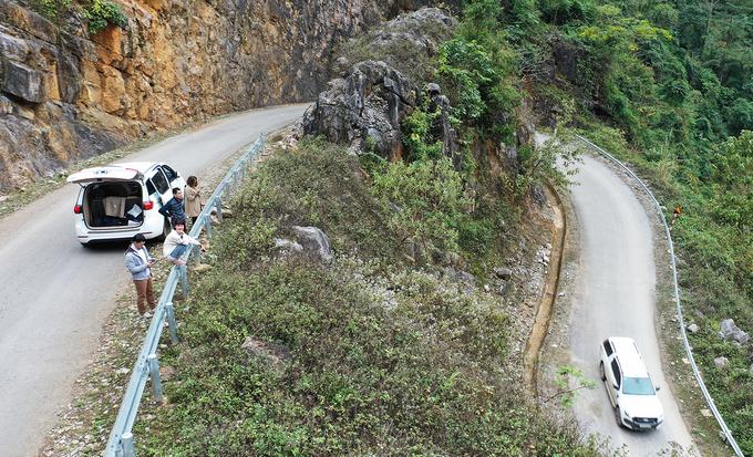 Đường đèo được trải nhựa và có rào chắn phía ta luy âm, cọc tiêu, rãnh thoát nước… Nhiều khúc cua tay áo được xẻ sâu vào vách đá để lấy thêm diện tích đường.