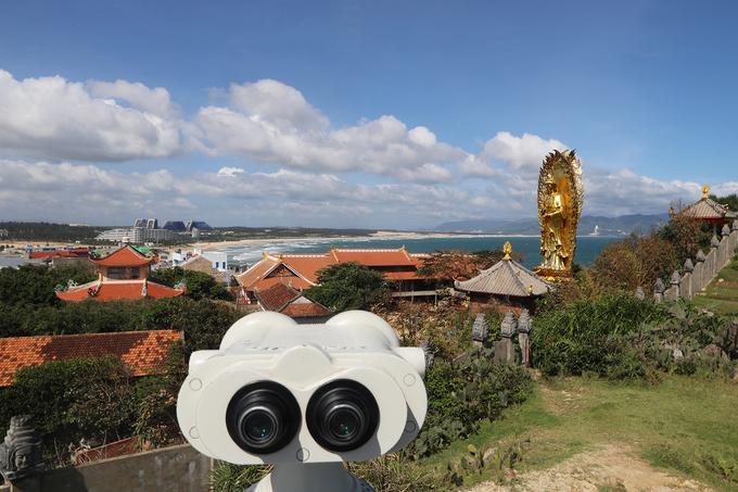 Bức tượng Phật nhìn ra biển là mong ước bình yên và may mắn đến với ngư dân của làng chài.