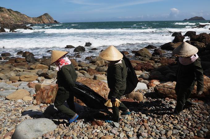 Hàng ngày, một đội nhân viên sẽ dọn rác thải ven biển để giữ cho cảnh quan sạch sẽ.