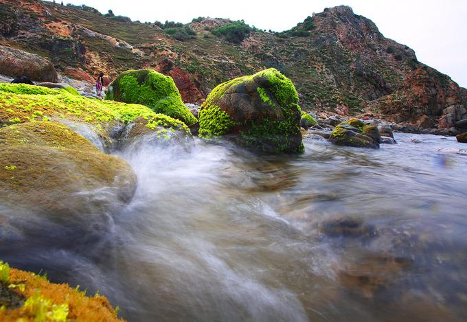 Sóng biển rì rào vỗ mạnh vào bờ tạo ra cảnh tượng đẹp như tranh.