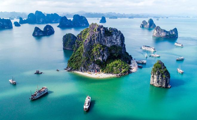 Vịnh Hạ Long trở thành điểm đến được rất nhiều du khách quốc tế yêu thích trong hành trình khám phá Việt Nam. Ảnh: Huỳnh Văn Truyền.