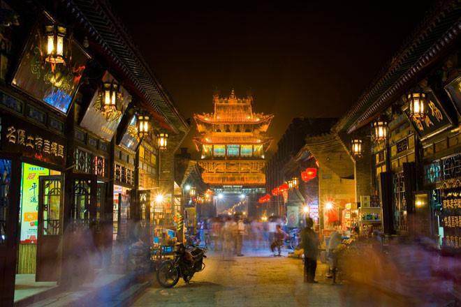 Bình Dao cổ trấn (Sơn Tây): Bình Dao cổ trấn mang một vẻ đẹp tràn đầy sức sống với các kiến trúc như tường thành, đường phố, cửa hàng, chùa chiền... Khi màn đêm buông xuống, cả thị trấn được bao quanh bởi ánh sáng lấp lánh từ những chiếc đèn lồng đỏ, mọi thứ trở nên khác hẳn, lãng mạn và mơ màng hơn. Đây chính là địa danh xuất hiện trong Đèn lồng đỏ treo cao, bộ phim được đề cử giải Oscar năm 1992 của đạo diễn Trương Nghệ Mưu. Ảnh: Vietyout.