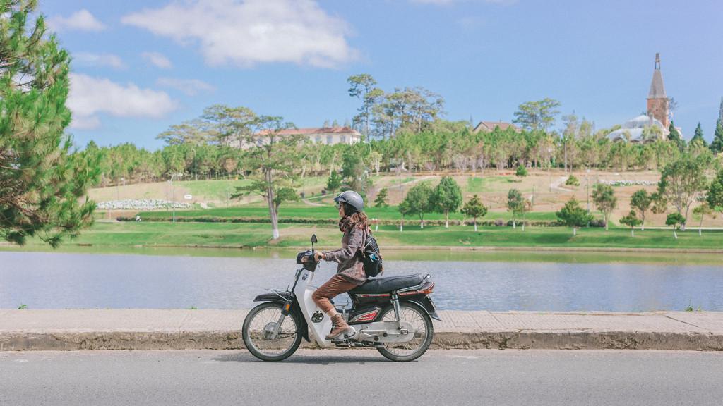 Với một chiếc xe máy, bạn dễ dàng di chuyển trong trung tâm thành phố. Ảnh: Nho Nguyễn.