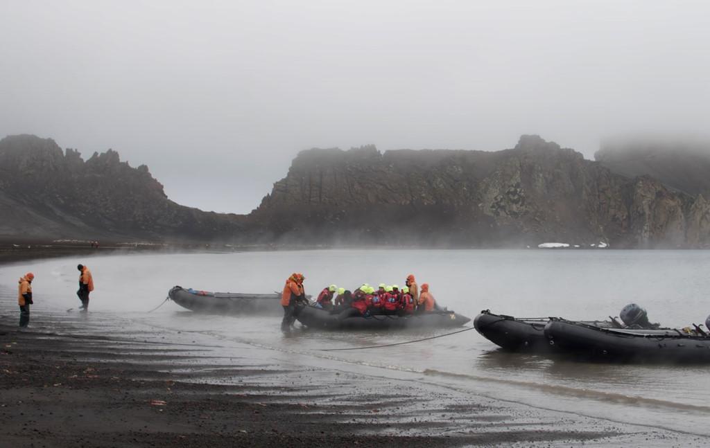 Đảo Lừa Dối bị nhấn chìm bởi nước biển và tạo thành một trong những hải cảng tự nhiên an toàn nhất thế giới. Ảnh: James Steamer.