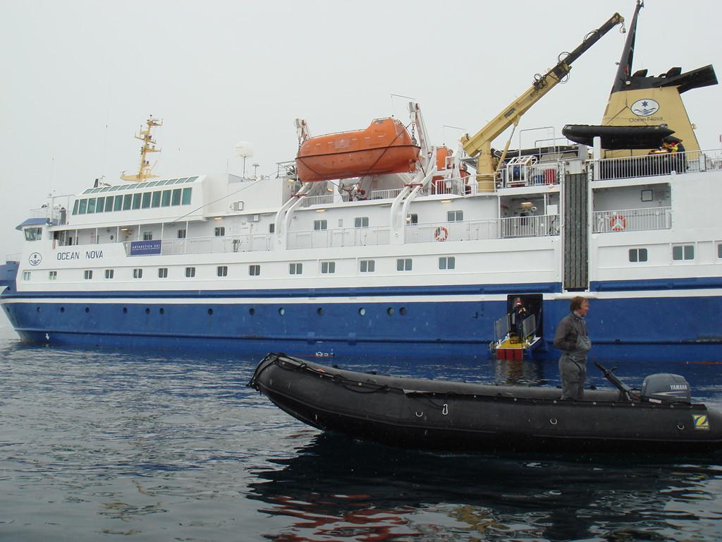 Du thuyền Ocean Nova, nơi bắt đầu cuộc hành trình nơi băng giá nhất của Trái Đất. Ảnh: Sincewen.