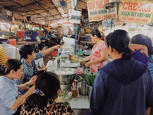 Quầy ăn rất đông khách vào mỗi buổi trưa. Ảnh: Linh Sea.