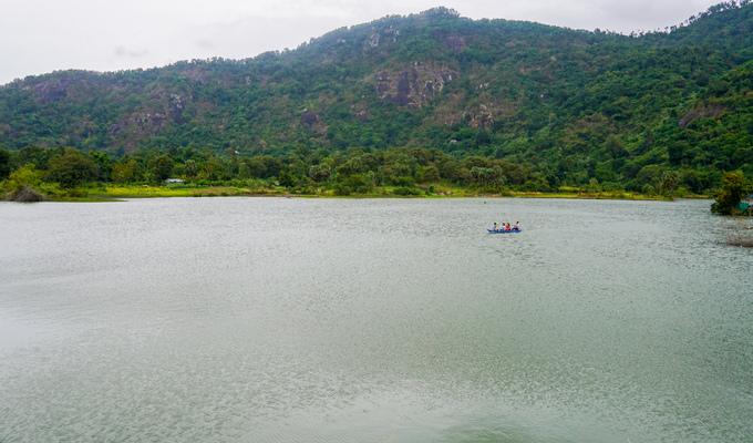 Hồ Ô Thum (xã Ô Lâm, huyện Tri Tôn, An Giang) được hình thành khoảng chục năm trước với mục đích ngăn nước để sản xuất nông nghiệp. Hồ nằm về hướng tây của núi Cô Tô và hướng đông của đồi Tức Dụp.  Hồ có diện tích không lớn nhưng cảnh quan hữu tình, mặt nước phẳng lặng, xanh biếc. Vài năm gần đây, nơi này trở thành điểm du lịch mới nổi của vùng Bảy Núi.