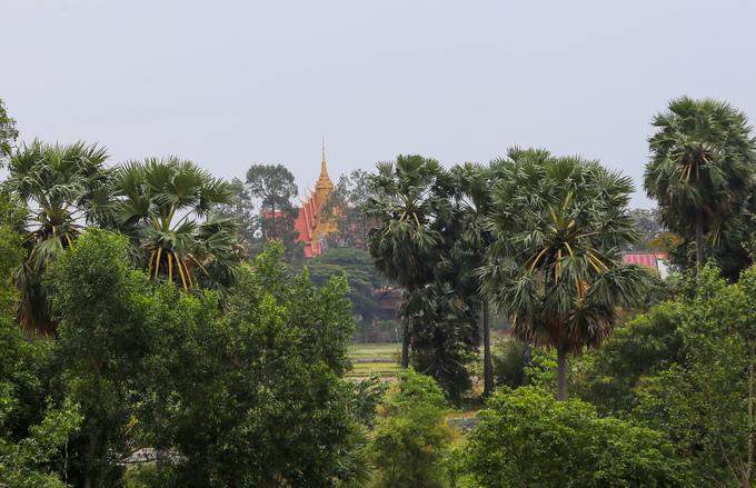 Cảnh làng quê vùng Bảy Núi quanh hồ mộc mạc với những cánh đồng, hàng cây thốt nốt. Thấp thoáng phía xa là mái chùa vàng, mang kiến trúc đặc trưng của người dân tộc Khmer.
