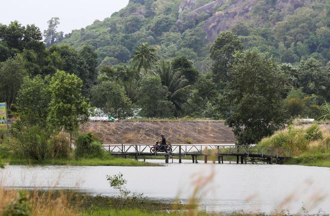 Theo người dân trong vùng, hồ Ô Thum đẹp nhất khi vào mùa mưa, nước mênh mông tràn lên cả bờ kè đá, tạo nên khung cảnh hoang sơ.