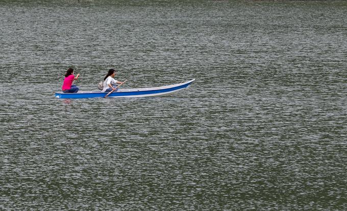 Ngoài tham quan, chụp ảnh, du khách còn có thể chèo thuyền quanh hồ Ô Thum.