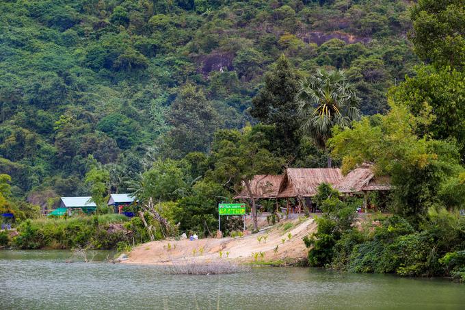 Những nhà hàng ở ven hồ đều cho khách chèo thuyền miễn phí khi đặt đồ ăn ở đây.