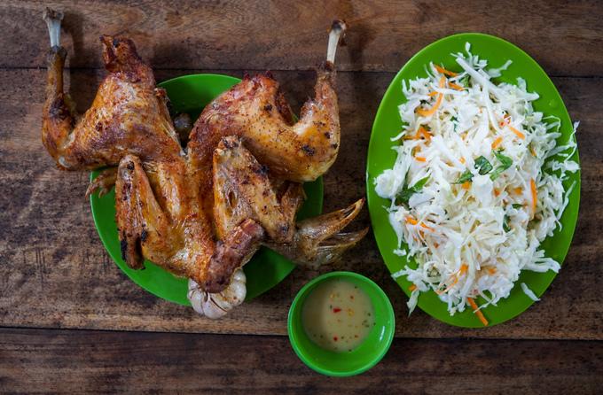 Đặc sản của vùng là món gà đốt lá chúc Ô Thum. Ban đầu, chỉ có một quán chuyên về món ăn này. Sau thấy nhu cầu của khách cao, người dân địa phương đã mở thêm nhiều quán phục vụ.  Món ăn có nguồn gốc từ Campuchia, khi đốt chín sẽ có mùi thơm đặc trưng của lá chúc và sả. Thịt gà chấm mắm làm từ lá chúc, ăn kèm tỏi nướng.