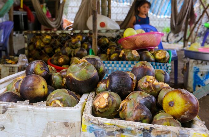 Dọc đường vào hồ Ô Thum, người dân trong vùng bày bán trái thốt nốt tươi cùng nước giải khát, đường được làm từ trái này để du khách mua về làm quà.
