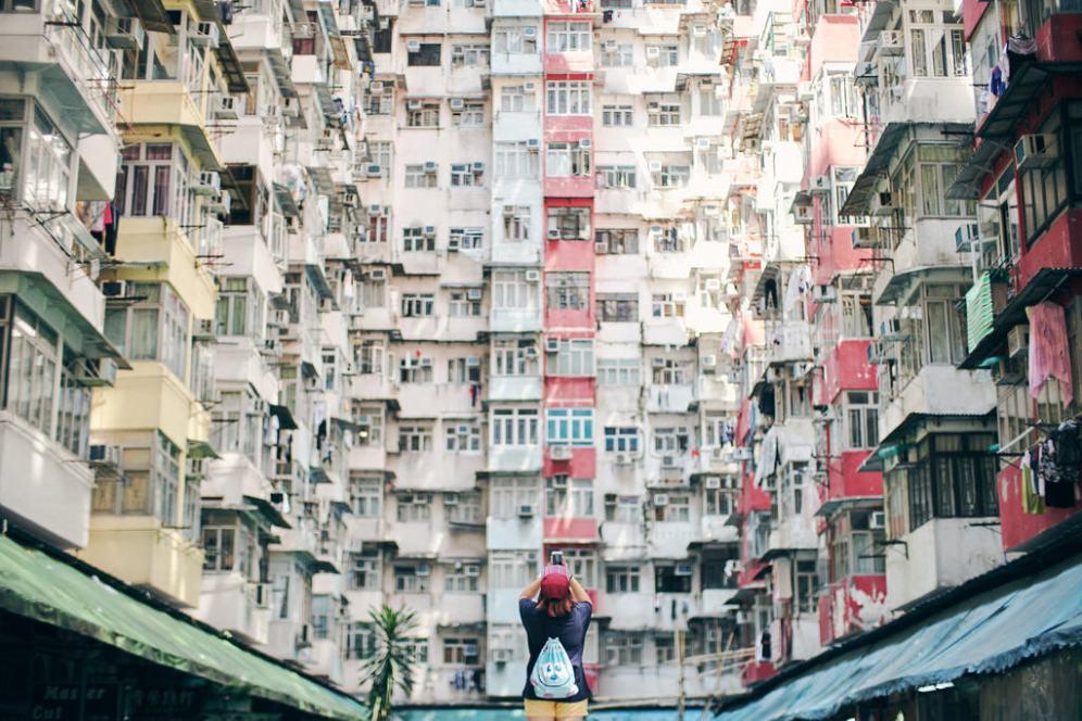 HongKong: Năm 2018, cây cầu vượt biển dài nhất thế giới tại Trung Quốc nối liền 3 thành phố HongKong, Macau và Chu Hải giúp giao thông nhanh chóng và thuận tiện hơn. Nếu không thích mua sắm, bạn có thể đi du thuyền ở cảng Victoria, lên đỉnh The Peak ngắm cảnh thành phố, thăm các hòn đảo xa hay thưởng thức ẩm thực tuyệt đỉnh của HongKong. Ảnh: Ching