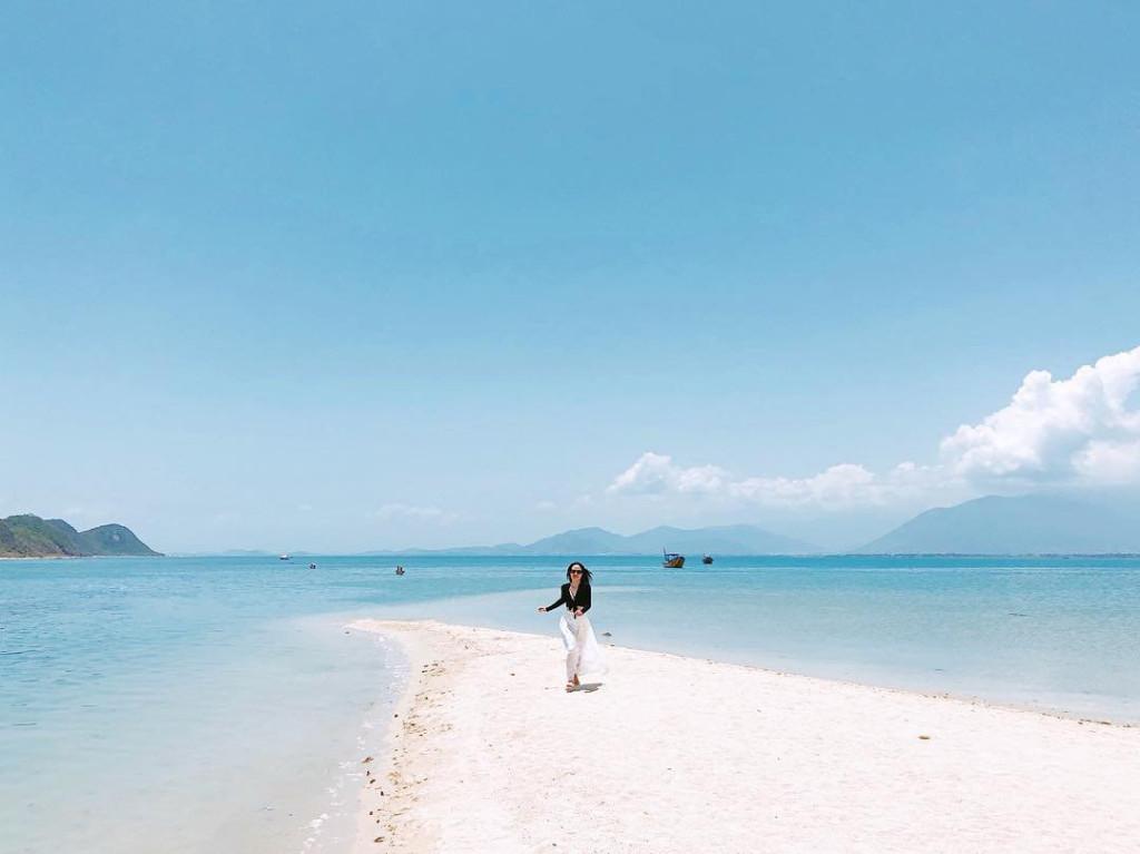 Đảo Điệp Sơn (Khánh Hòa): Tại Khánh Hoà có một con đường trắng xóa giữa biển, nối đảo giữa và đảo Điệp Sơn. Con đường này đã thở thành điểm thu hút không thể bỏ lỡ của du khách trong hành trình khám phá tỉnh Khánh Hòa. Một điều tuyệt vời và thú vị là khi đi trên con đường này, bạn sẽ được tận hưởng cảm giác đi giữa miền nước mênh mông với những trải nghiệm lý thú. Ảnh: @_dzuyen, @tranthanhtuu.