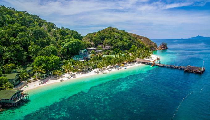 Đảo Rawa Johor có 400 km đường bờ biển và 8 đảo lớn, trong đó Rawa nổi tiếng với các hoạt động du lịch, nghỉ dưỡng. Nơi đây có những vùng nước trong như pha lê và cát trắng trải dài. Quy hoạch ở đây rất tốt nhằm tránh ô nhiễm và thương mại hoá quá mức, với chỉ hai resort cho khách lưu trú trên bãi biển. Phần còn lại của đảo là thảm thực vật xanh mướt.