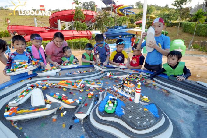 Nhằm hút thêm khách, khu vui chơi còn mở thêm công viên nước Legoland lớn nhất thế giới. Ngoài cầu trượt nước và bể bơi như thông thường, một trong những điểm thú vị ở công viên Malaysia là dòng sông xếp hình và khu xếp tàu.