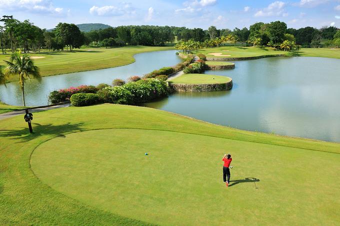 Du lịch golf  Johor có hàng chục sân golf có thể tổ chức các giải đấu. Một vài sân golf đã trở thành những khu du lịch với tiện nghi đầy đủ, có cả nơi vui chơi giải trí và tắm hơi. Golf thủ sẽ thích thú với các sân golf đa dạng từ 9 lỗ đến 54 lỗ đẳng cấp nhất tại Johor.