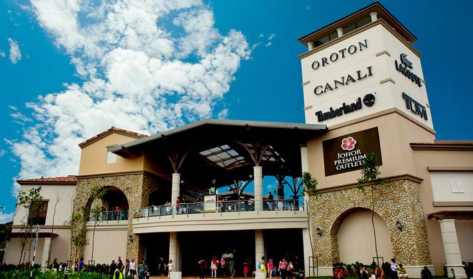 Johor Premium Outlet Thiên đường mua sắm hàng hiệu giá bình dân cũng là tiếng vang của Johor nhờ các trung tâm như Johor Premium Outlet. Đây là cơ sở bán đồ outlet (hàng tồn kho, giảm giá) cao cấp đầu tiên ở Đông Nam Á. Ở đây có hơn 130 thương hiệu với các cửa hàng được sắp xếp trong khuôn viên có diện tích hơn 16.000 m2. Theo đại diện bang Johor, không chỉ khách Trung Quốc, Đông Nam Á mà rất nhiều khách Singapore cũng chọn Johor để mua sắm bởi đa dạng sản phẩm và giá cả hợp lý.