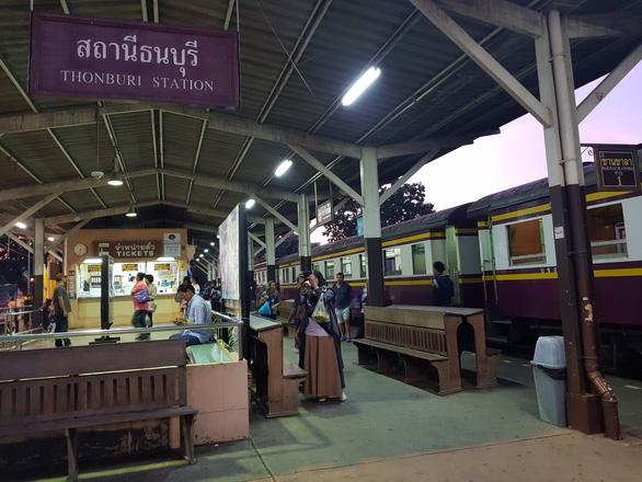 Tàu hỏa khởi hành từ ga Thon Buri đến Kanchanaburi