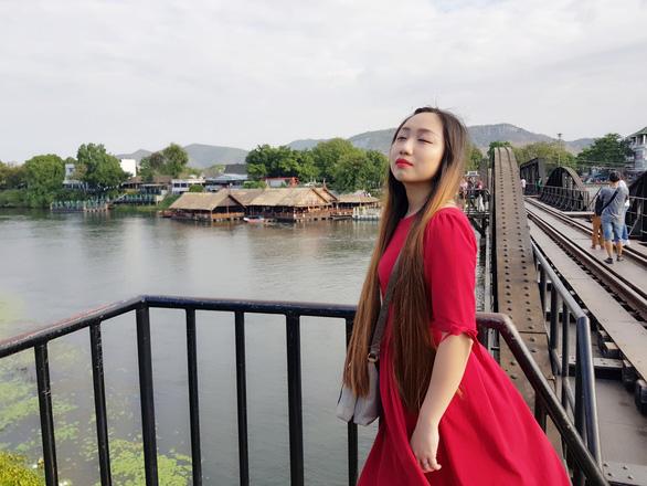 Dừng lại giữa cầu để cảm nhận trọn vẹn nét đẹp của cây cầu lịch sử bắc qua sông Kwai