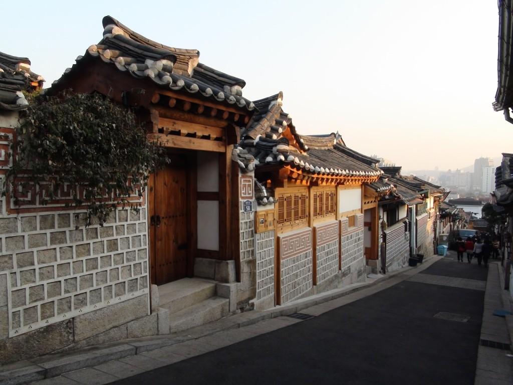 Làng Bukchon Hanok nằm bên trong thành phố Seoul, ở vị trí giữa Điện miếu Jongmyo, cung Changdeokgung và cung Gyeongbokgung. Đây là một làng nghề truyền thống đã được bảo tồn nguyên vẹn trong đô thị 600 tuổi, bao gồm rất nhiều con hẻm, các ngôi nhà hanok, những mái chùa cổ.