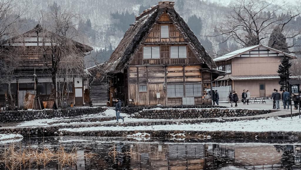 Ngôi làng Shirakawago như bước ra từ cổ tích giữa mùa đông tuyết trắng.