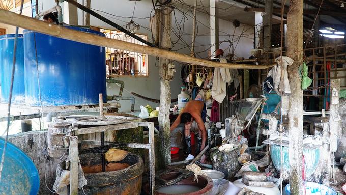 Những gia đình có nhiều thế hệ làm bột nhất nằm ở xã Tân Phú Đông. Sau này, nghề được nhân rộng ra các xã Tân Khánh Đông, Tân Quy Đông, Tân Quy Tây.
