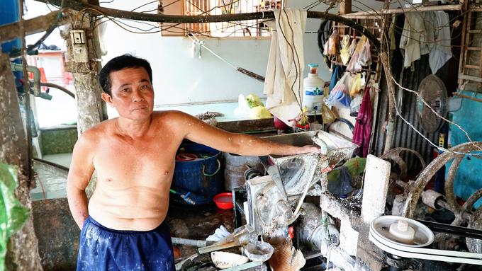 """Ông Nguyễn Văn Toàn, chủ cơ sở làm bột tại xã Tân Phú Đông, bắt đầu mở lò từ năm 1986. """"Tính đến nay cũng đã hơn 30 năm tôi theo nghề. Hiện con tôi cũng làm công việc này. Ngày thường, gia đình làm khoảng 3-4 bao bột nhưng cận Tết phải làm 12-15 bao để kịp phục vụ các nơi"""", ông Toàn kể.."""