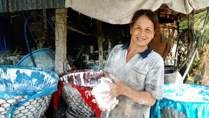 """Hiện nghề truyền thống trên được nhiều hộ dân kết hợp với chăn nuôi heo để tăng thu nhập. """"Công việc này không có lời nhiều. Chúng tôi kiếm chút lợi nhờ việc lấy cặn sau khi làm bột để cho heo ăn"""", bà Nguyễn Thị Tư (58 tuổi) cho hay.  Trước đây, gia đình bà Tư làm hàng theo phương pháp thủ công, xay bột bằng cối đá. """"Phải mất cả ngày mới xong hết các công đoạn. Năng suất cũng không cao. Bây giờ có máy móc hỗ trợ nên đỡ cực hơn trước rất nhiều. Thời gian để làm sản phẩm được rút ngắn, không cần nhiều nhân công"""", bà Tư kể."""