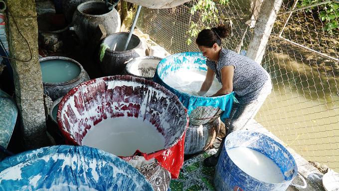 Kế đến, tấm được đưa qua máy nghiền giã nhuyễn, tạo ra bột gạo lỏng màu trắng sữa. Hỗn hợp này sau đó được đưa vào cối ly tâm để tách nước, làm khô, tạo thành những mảng bột trắng ngần.