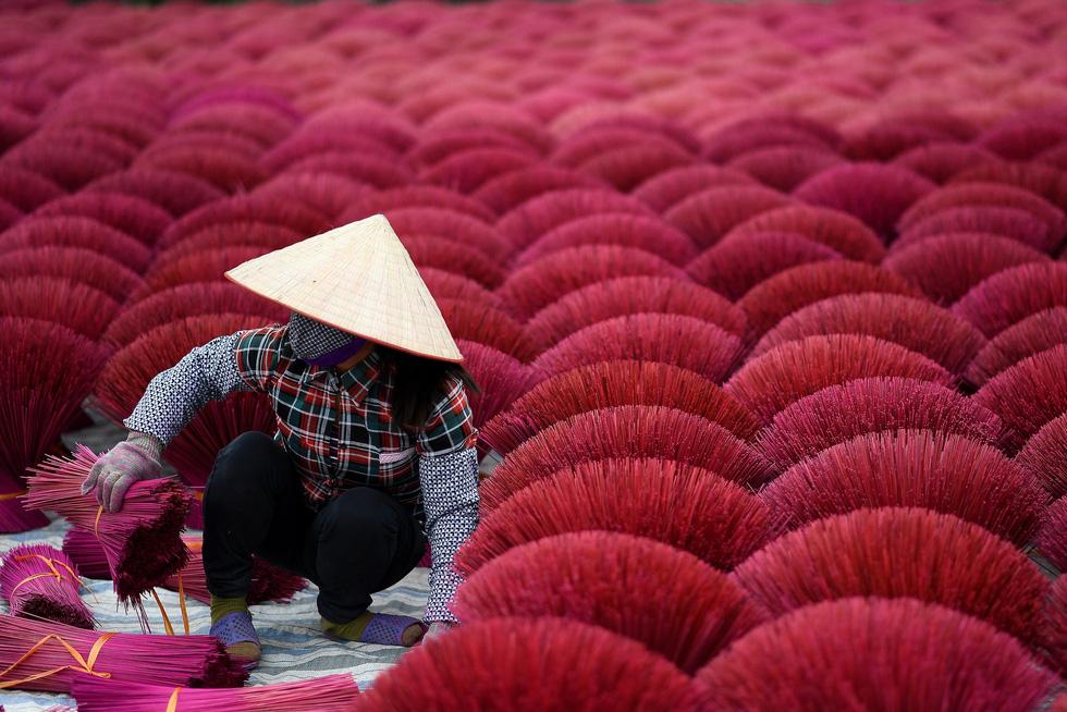 Công việc làm nhang vất vả nhưng cho người dân địa phương thu nhập tốt hơn đi làm công nhân nhà máy gần đó - Ảnh: AFP