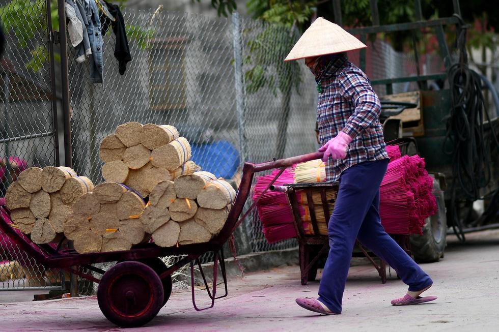 Việc làm nhang rất công phu, đòi hỏi nhiều quy trình khác nhau, đầu tiên bắt đầu từ việc vót chân nhang - Ảnh: AFP
