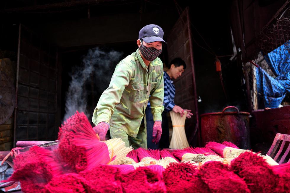 Tiếp đó là nhuộm màu cho chân nhang - Ảnh: AFP